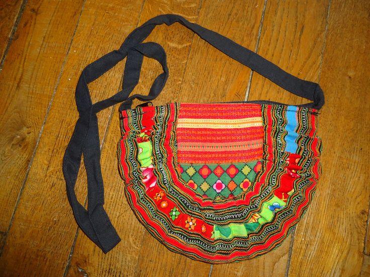 Petit sac à main tribal, en tissu recyclé, froncé, avec une sangle noire, patchwork : Sacs à main par thin-stuff-factory