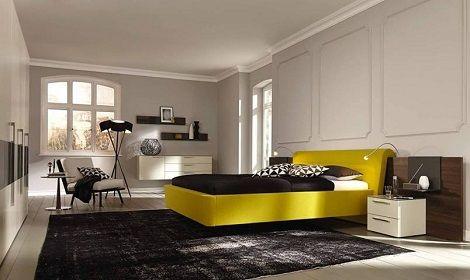 noten slaapkamer met kast, bed met kussens en gestoffeerde rand, kleur ...