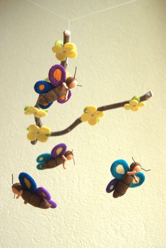 Questi quattro farfalle e i fiori di questo mobile sono fatti di pura lana. Io ho fissato loro con corde di nylon su un ramoscello di faggio.  Le farfalle sono circa 2,6 alto, e le braccia sono mobili. Esso ha un diametro di circa 11.  Io ho in fila le farfalle e i fiori così, che il mobile è più visitati e più interessanti da sdraiato sotto di essa.  Questo mobile si adatta meraviglioso sopra un bebè o un lettino. Il soffio del vento abbastanza per lasciare che le farfalle di danza…