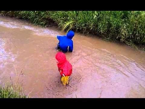 Боитесь выходить на улицу после дождя? Хватит бояться! Купите детскую непромокаемую одежду от ТИМ и забудьте об этих страхах. В одежде ТИМ можно не только просто гулять под дождем и прыгать по лужам, но даже нырять в них. http://timkid.ru