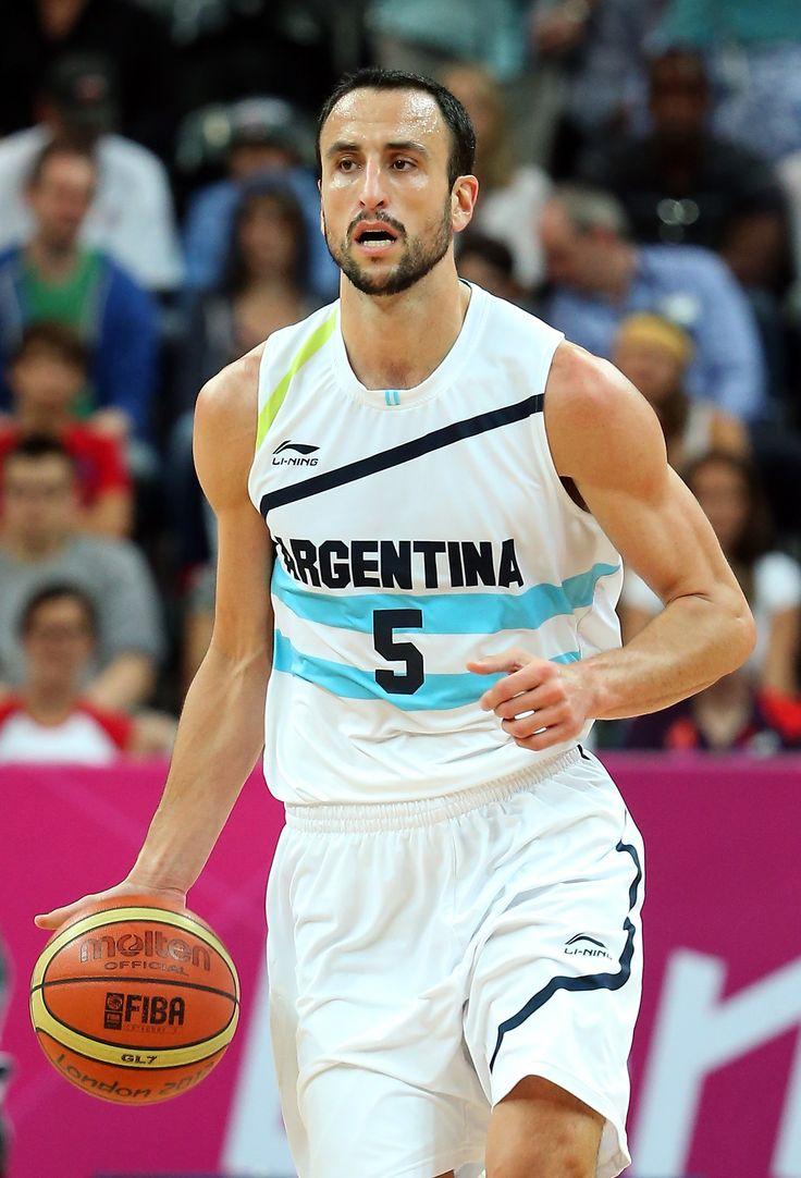 Este jugador de básquetbol es Manu Ginobili. Él juega para los Spurs en la NBA. También él es musculoso.