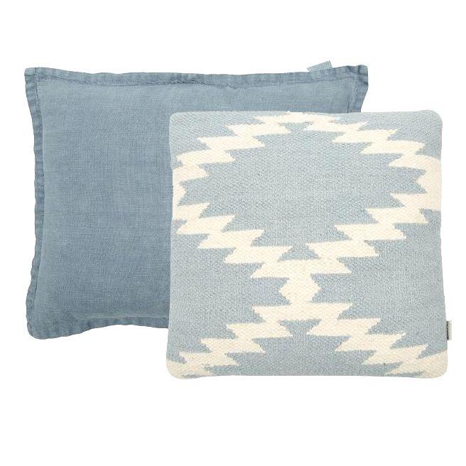 BLAUWE KUSSENS BY BRIC No2  Mrs Bloom sierkussens in prachtige old blue tinten creëren meteen een bohemian look in huis. Mooie 100% wol met een vintage linnen look.