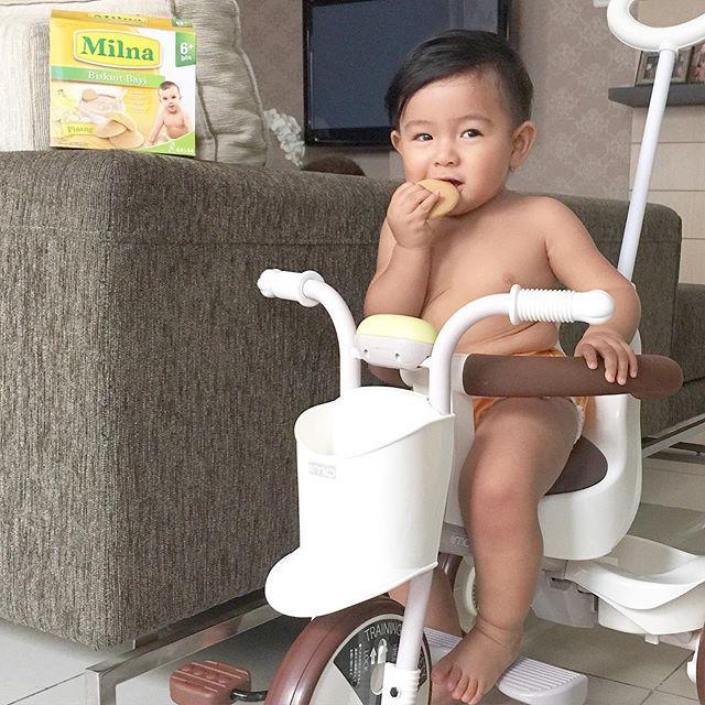 My #bayihebatMilna ❤️ Nama lengkap: Ryshaka Dharma Situmeang 👶🏻 Usia: dikit lagi 11bulan ☝🏼️👶🏻☝🏼️ hobby: main sepeda roda 3, naik tangga sama manjat2 apapun yang bisa dipanjat (gaya banget padahal kalo jalan aja masih pegangan) 🙈 Cookie favorit: biskuit Milna 🍪 (bahkan mommynya bisa dipanjat kalo udh liat box @milnaid 😅) calling out all mommies and babies...Ikutan yuk lomba bayi hebat milna! Total hadiah utama 25 Juta dan berkesempatan menjadi cover tabloid Nakita info lengkap bisa…