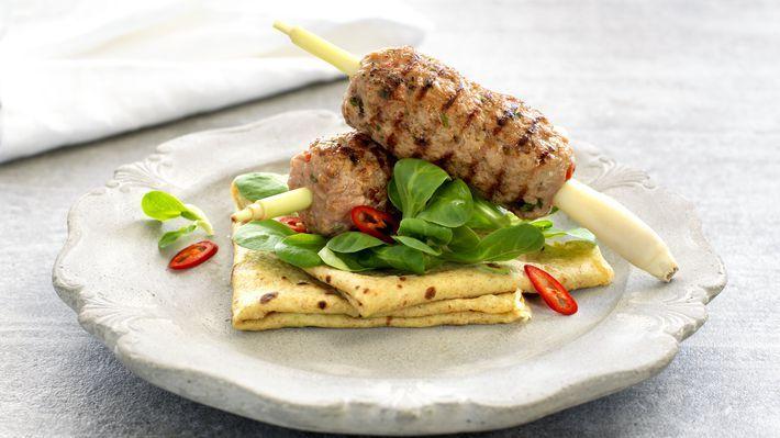 MatPrat - Grillet svinekjøtt på spyd med asiatiske pannekaker