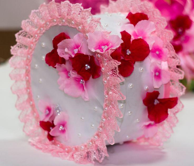 Сундучок для сбора денежных подарков. Декор: атлас,розовое кружево, розовые и бордовые цветы , стразы, жемчуг.Диаметр: 30.5 см.Цена: 1280 руб. #свадьбы #сундучок_для_денег #ручная_работа #атлас #кружево #розовый #бордо #стразы #soprunstudio