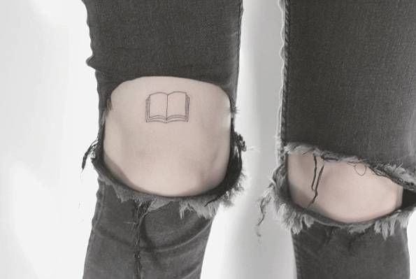 Fine line book tattoo on the right thigh, just above the knee. Artista Tatuador: Lindsay April