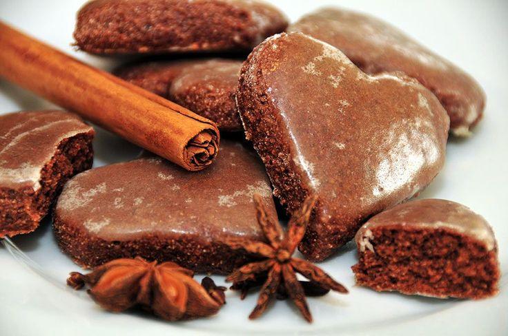 Der erste Lebkuchen ist ein sicheres Zeichen, dass die kalte Jahreszeit uns erreicht hat und damit auch Weihnachten näher rückt. Edler Kakao im Teig gibt den herrlich schokoladigen Geschmack, überzogen mit einer feinen Kruste aus Zuckerglasur, aromatisiert mit echtem ätherischen Orangenöl.