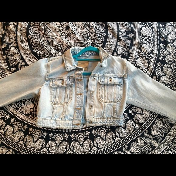 PULL&BEAR Cropped Denim Jacket Never worn cropped denim jacket! Purchased at Pull & Bear (Madrid location- this is a European brand). Size small. Jackets & Coats Jean Jackets