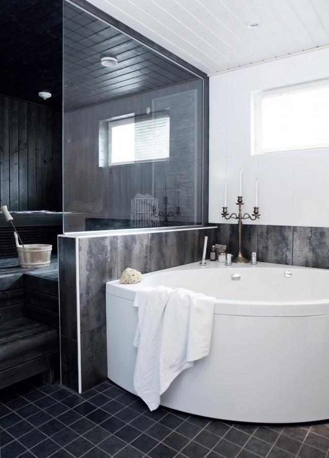 Gustavsbergin poreamme on K-raudasta, samoin sauna. Kiukaana on Harvian saunakivimoduli. Kaakelit ovat myös K-raudasta. Kynttelikkö on syntymäpäivälahja. | Nerokasta ylellisyyttä | Koti ja keittiö