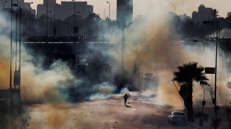 Tämä otos valittiin vuoden lehtikuvaksi 2011. Kaupunki täyttyi kyynelkaasusta, kun mielenosoittajat pyrkivät kohti Tahrir-aukiota Kairossa helmikuussa. Katso lisää saman kuvaajan parhaita töitä klikkaamalla kuvaa. Kuva: Sami Kero / HS