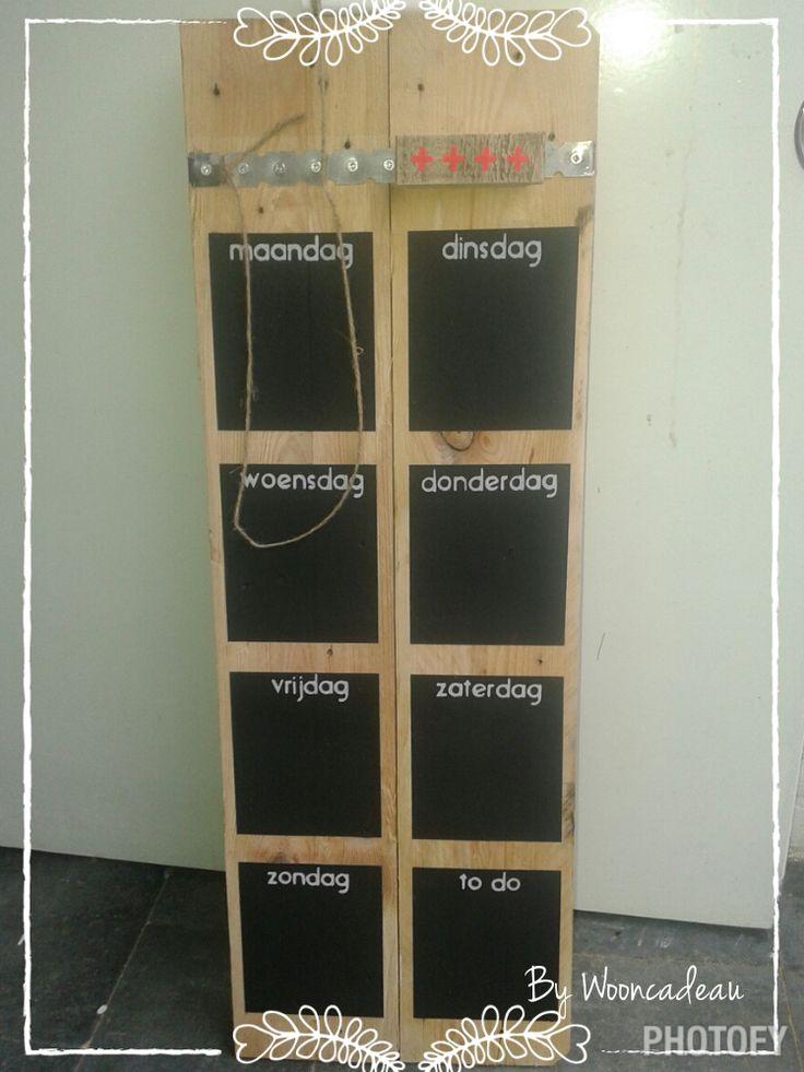 Weekplanner. Met magneet en schoolbord verf. #Wooncadeau, alles handgemaakt!!!