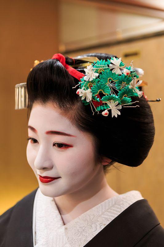 ああ、紗月さんもついに舞妓さんをご卒業です。芸妓さんになる「襟替え」を前に、ほんの2週間だけ結われる髪型「先笄」。黒紋付・先笄姿の紗月さんと出会える機会を...