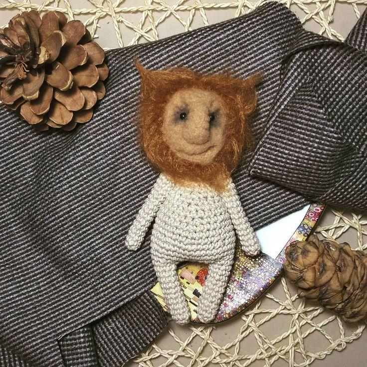 Подбирает костюм. Чуточку Россомаха и немного лев с нежной гривой. Будет жить :-) Разные фактуры: грубая хлопковая вязка, мягкая плюшевая рыжая пряжа    #любоидорого #luboidorogo #feltedtoy #felteddoll #doll #wooltoy #craft #handmadetoy #felt#felttoy #gifttoy #giftideas #weamiguru #amigurumi #кукла#doll #handmade #ручнаяработа #идеяподарка #crochet#интерьернаякукла#interior #лев#lion