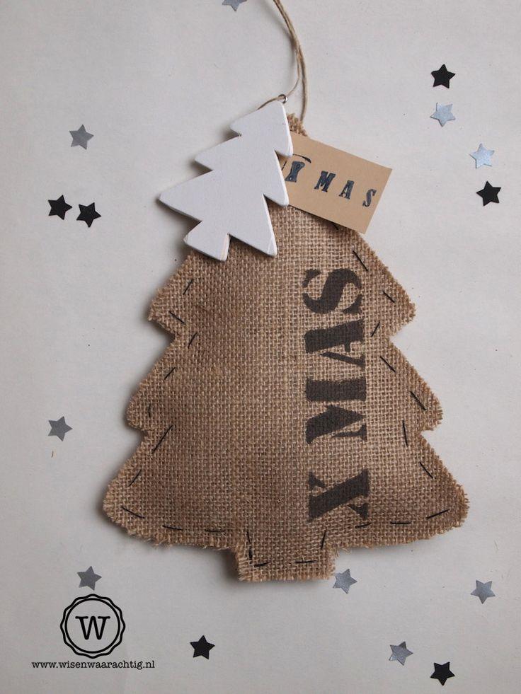 #landelijke jute #kerstdecoratie. Bedruk de kerstboom met een eigen tekst, voor een persoonlijke #kerstversiering in huis