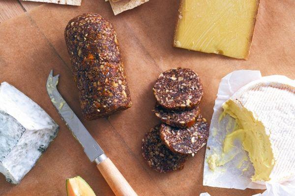 Dit vijgenbrood met amandelen smaakt heerlijk bij een kaasplankje na het eten of op een feestje. Voedzaam, lekker en simpel klaar te maken. Tijd: 30 minuten