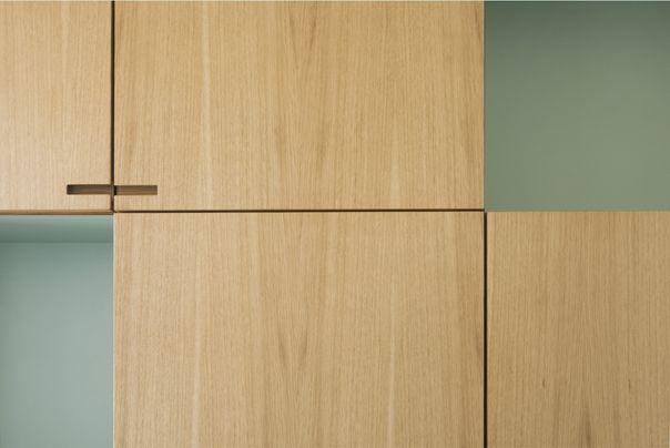 Peblinge Dosseringen Egetræs køkken med nicher og greb.