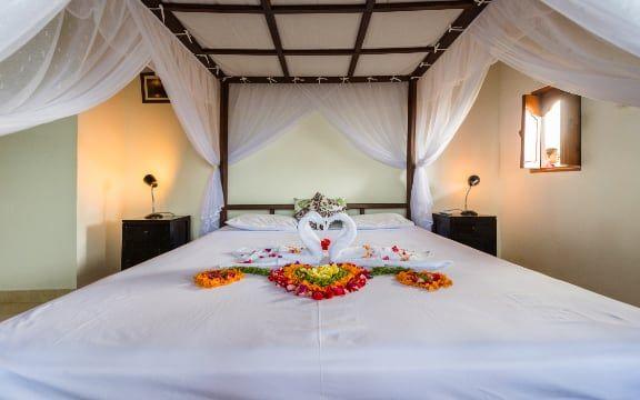 De grootste slaapkamer in het hoofdhuis van villa sinar cinta