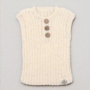 Débardeur Lily & Lars  Débardeur classique qui peut être porté par exemple lors d'une journée d'été fraîche ou l'hiver à l'intérieur ou sous une veste. Tricoté main. 100% laine d'alpaga.  Couleur: Blanc cassé.