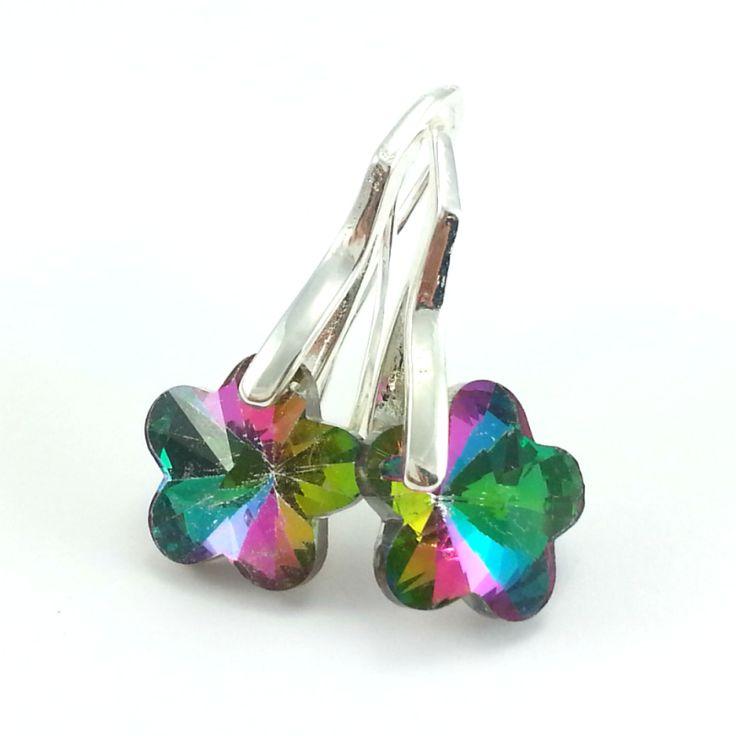 Kolczykize szklanych kryształówkwiatów wwielokolorowym odcieniu z elementami w kolorze srebra bez dodatku niklu.