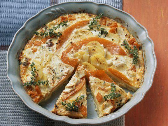 Kartoffelgratin mit Kürbis und Feta - 400 g Kartoffeln, 400 g Kürbis z. B. Muskatkürbis, 4 Thymianzweige, 200 g Schafskäse, Salz, Pfeffer aus der Mühle, 300 ml Schlagsahne, 2 Eier.