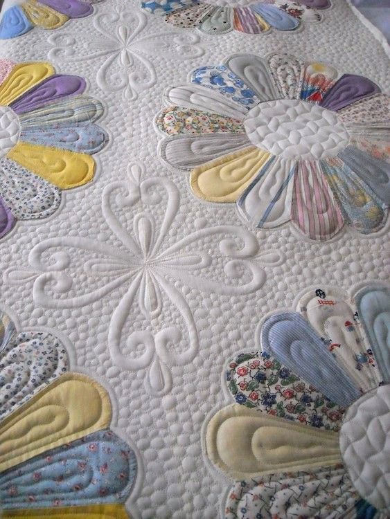 Dresden plate quilt.  Quilting by Prairie Moon Quilts.  Clover design by Judi Madsen.