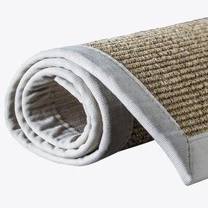 Sisal teppe med kant, er teppet som gir et naturlig og stramt uttrykk som passer godt inn i de fleste miljøer. Sisal er et naturfiber som hentes fra bladene til sisal planter. Naturfiber er antistatiske og trekker derfor ikke til seg støv.