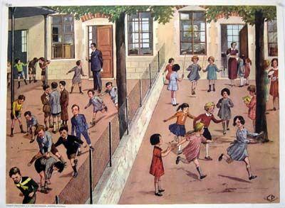 Cour de récré - années 60 les garçons d'un côté et les filles de l'autre et entre les deux... les WC