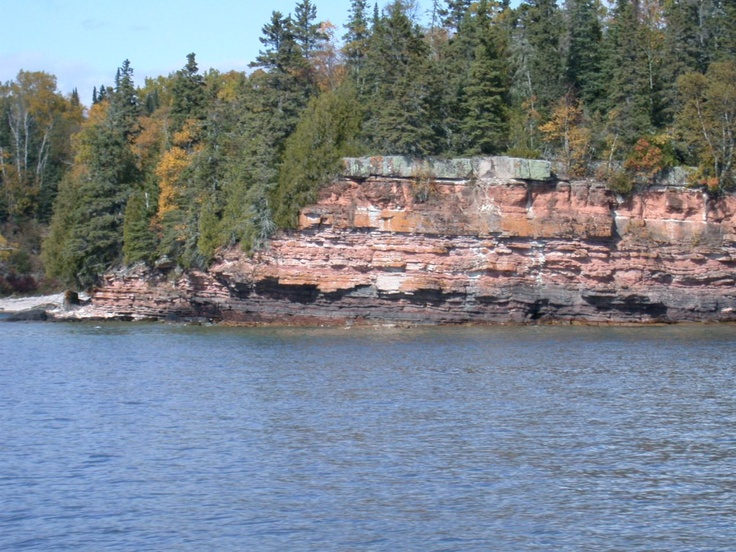When looking for the entrance to Horseshoe Cove, find the marbled stratus sandstones. The entrance is between the two cliffs. Extreme caution is needed here, there are shoals on either side.