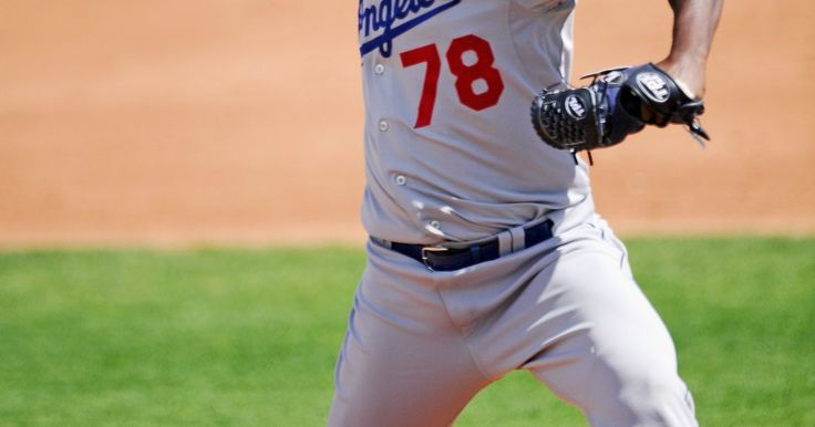 Qué distancia hay desde el home hasta el montículo del lanzador en el Béisbol de Grandes Ligas. El béisbol es dependiente de mediciones precisas. La distancia entre cada base es de exactamente 90 pies (27,43 m). Otra medición precisa es la distancia de la goma de lanzamiento que está por encima de la loma de pitcheo al plato. La capacidad de un lanzador está determinada por lo bien que lanza la pelota una vez que llega a la lomita y no lo ...