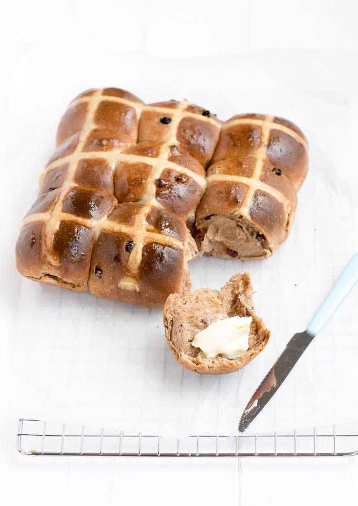 Lekker en makkelijk recept voor de Australische Hot Cross Buns. Deze zoete broodjes worden vooral met Pasen gegeten #hotcrossbuns