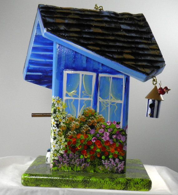 Ce nichoir torsadé est artisanal de pin et peint à la main avec des peintures acryliques. La peinture doit faire la cabane doiseaux ressemble à la maison voisine, yard, fleurs, arbres, etc..    Les dimensions de cette cabane doiseaux sont 4 1/4 de large par 4 1/2 profondeur et de 10 1/2 de haut. Ce serait une très bonne taille pour pinsons, mésanges et roitelets.    Cette maison est construite tout dabord, puis le toit est sculpté et ensuite nous mastic étampures et sabler. Une fois quil a…