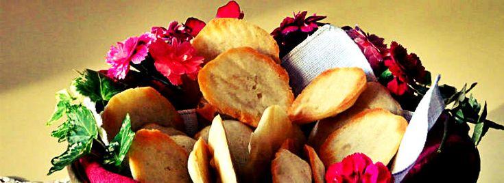 Le tegole di #albume alle #mandorle affettate sono dei deliziosi e golosi #dolcetti facili e veloci da preparare. Queste piccole cialde sono perfette da gustare a #merenda accompagnate con una tazza di #tè o di #cioccolata, ma anche a fine pasto  con una coppa di #gelato alla crema o un bicchiere di #Passito di Pantelleria.