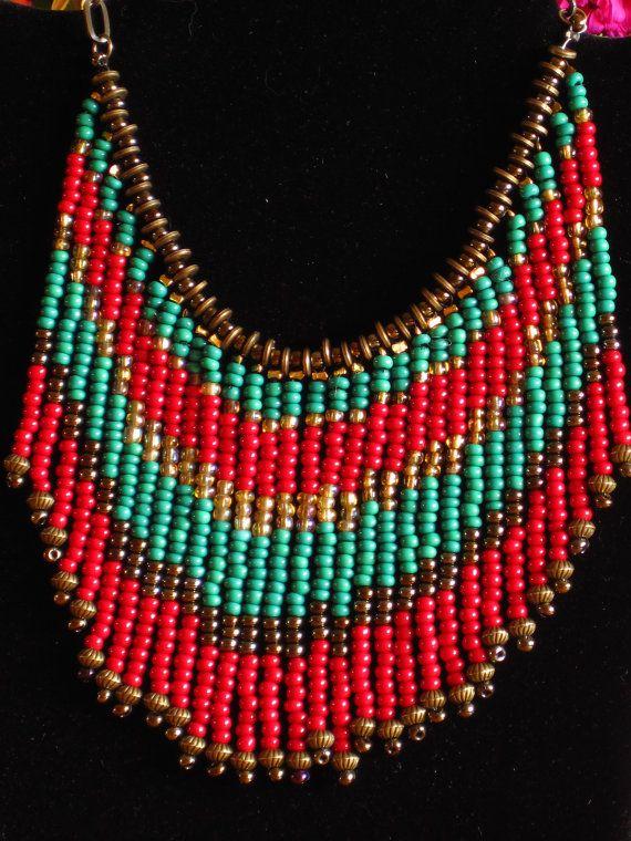 Los flecos están hechos de bronce, verde azulado, arándano rojo granos de la semilla. Los filamentos están separados por discos pequeños de latón. El collar es encadenado en cadena con una latón bronceados color cierre de palanca. El collar total incluyendo cierre es largo de 18.5 y los flecos son de 3.5 de largo. Los granos de la semilla roja son un rico color arándano y el teal un rico verde azulado verdoso. R8813