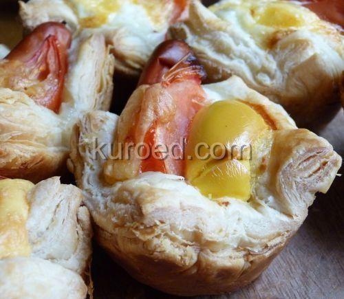 Слоеные кексики с сосиской и яйцом