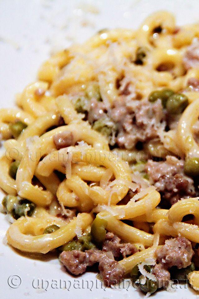 Gramigna con salsiccia e piselli - http://www.unamammaincucina.it/ricette/gramigna-con-salsiccia-e-piselli/