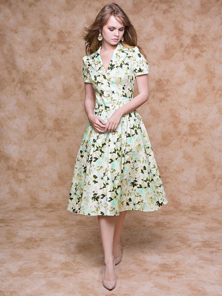 Утонченная модель из великолепной ткани с нежными узорами. Платье с V-образным вырезом горловины с отложным воротником и коротким рукавом-фонарик на тонком манжете. От втачного пояса ниспадает юбка-миди длины с функциональными карманами. Платье превосходного качества для комфорта и потрясающего образа на каждый день. Рост модели - 170 см.