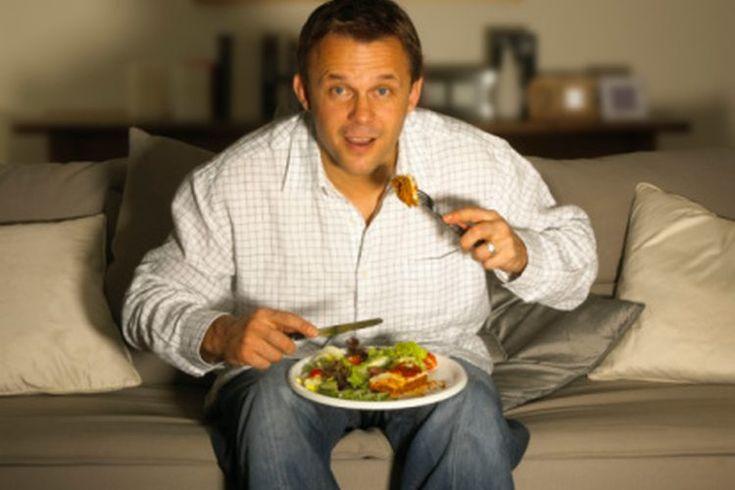 Los efectos de comer tarde en la noche. Casi todos comen tarde en la noche en alguna ocasión. En algunos casos comer a altas horas de la noche es inofensivo o incluso útil. Sin embargo, las cantidades de comida excesivas y comer alimentos específicos pueden causar problemas. Ingerir la mayoría de ...