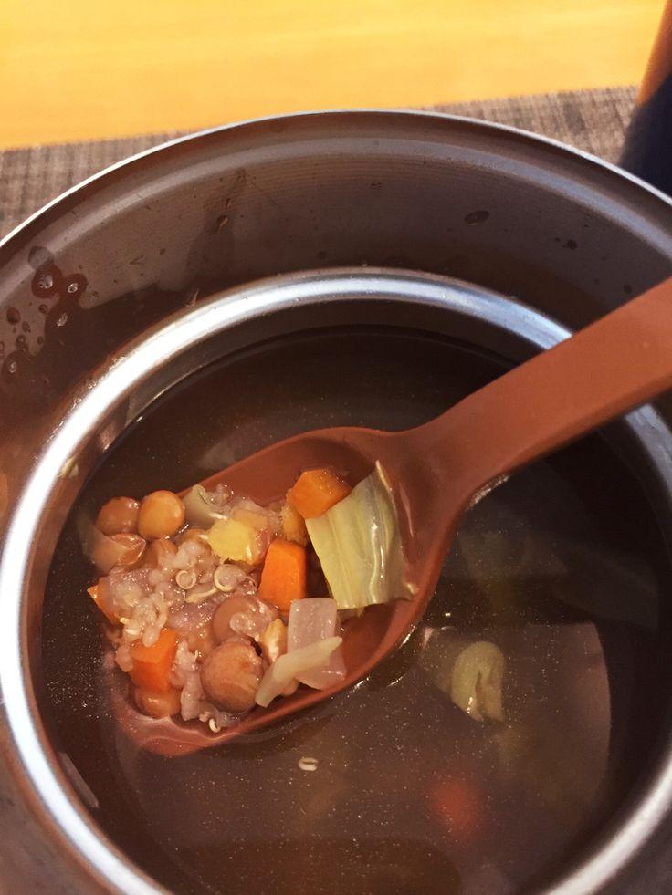 スープジャーランチ用レンズ豆のスープ   材料 (スープジャー(500ml)1回分) 乾燥レンズ豆 30gぐらい キヌア(水洗い不要のもの) 小さじ1 キャベツ 30g  にんじん 2cm  玉ねぎ 1/8個 コンソメ顆粒 小さじ1 塩胡椒 お好みで  熱湯 600ml程  作り方 1 レンズ豆を水洗いしてざるにあげておく。キャベツ1cm角、にんじんと玉ねぎは5mm角に切る。全てをスープジャーに入れる。2 電気ケトルでお湯を沸かし、半分くらいを材料の入ったスープジャーに入れて内ぶたをして温めておく。2-3分。3小ざるなどで中身がこぼれないようにしながらお湯を切る。4コンソメ、塩胡椒、キヌアを加え、熱湯を内ぶたの少し下まで入れ蓋をする。しっかり締めたら上下を数回ひっくり返す。5 4時間程度経ったら食べられます。(専用保温バッグに入れるか、なければタオルを巻いてランチバッグに入れると良いです)コツ・ポイント1) レンズ豆は乾燥でもゆでたものでも。ひよこ豆や大豆でもOK。このレシピだとかなり水分たっぷりスープになるので豆の量を増やしても良いかも。2) 私は玄米おにぎりを…