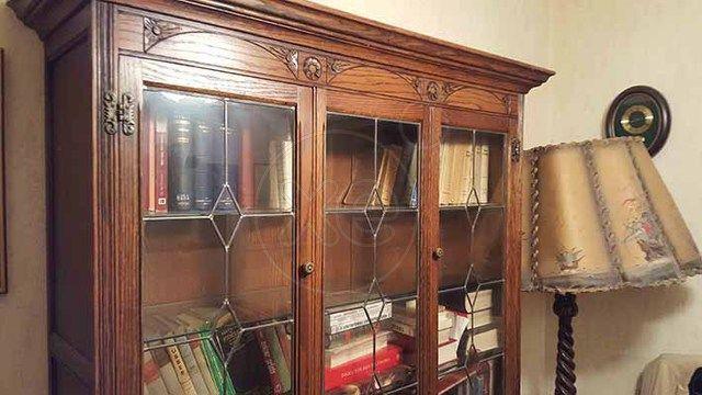 ΤΡΑΠΕΖΑΡΙΑ μπουφές με καθρέφτη, σκρίνιο, Βικτωριανού ύφους σκαλιστά, βιβλιοθήκη, μπαούλα από την Αίγυπτο σκαλιστά, πίνακες, πολυέλαιοι, τιμή 1.200€, συζητήσιμη