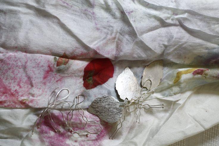 estampado de flores y texto... vestido de laura... foto cortesia de a Artevisión...