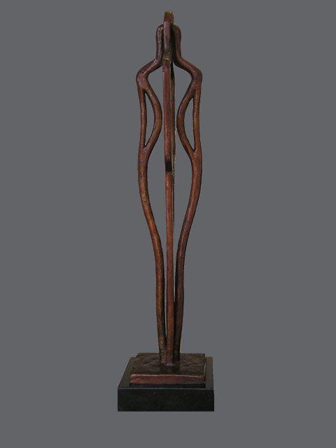 Bronzen beeld van Ragonda IJtsma. De sculptuur is een soort opengewerkt silhouet en bestaat uit een vrouwelijke en een mannelijke vorm die met elkaar verbonden zijn, wanneer men het kunstwerk draait worden man en vrouw apart of tegelijk zichtbaar.  Symbolisch voor de man en vrouw / echtpaar die met elkaar verbonden zijn maar toch individueel zijn en blijven. www.ragondaijtsma.nl #bronzen #beeld #brons #beelden #kunst #sculpturen