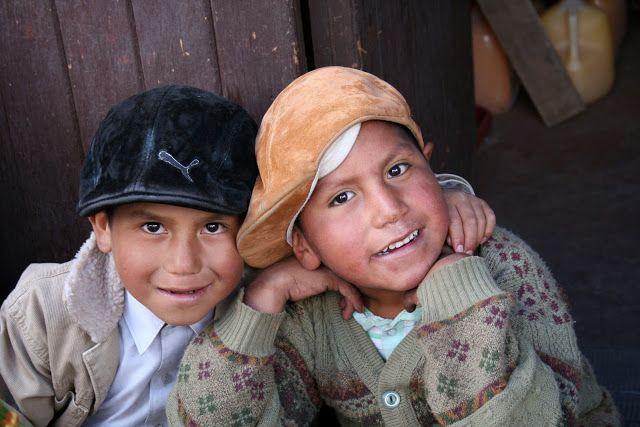 """Foto en el pueblito !El Aliviadero"""" mitad peruano, mitad boliviano. La foto la pidieron los niños y ojalá algún día puedan verla.Ésta nos enseña, por si misma, la filosofía de un pueblito que vive del turismo. Afable, cariñoso, atento, pero más atento tienes que estar tu."""