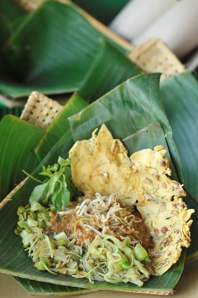 Pecel is kinda indonesian vegetable salad with peanut sauce and peyek (peanut cracker)