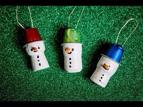 Unser Schneemann wird mit einem Korken, der bemalt und geschmückt wird, hergestellt. Als Hut verwenden wir wieder eine Nespresso-Kapsel, die auch für die Auf...