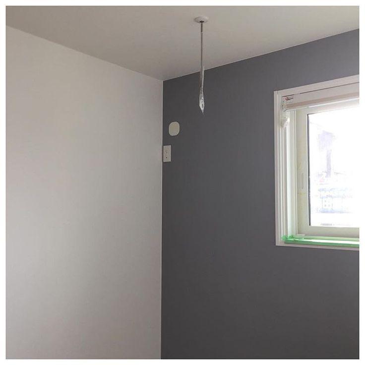 * 寝室のアクセントクロスです♩ 写真で見るより 少し明るめのグレーです☺︎︎ * 建具も白なので 部屋の雰囲気が引き締まって いい感じです✧︎*。 * サンプルでは淡いかなーと 思いましたが 貼られると濃く感じました 5帖しかない部屋ですが 濃いアクセントクロスでも 圧迫感も、なかったです♩