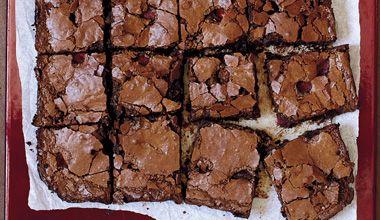Bolo com chocolate NESTLÉ Classic Meio Amargo, Nestlé Classic ao Leite, açúcar mascavo e framboesas