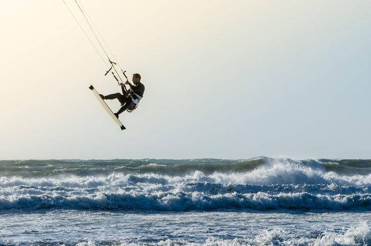 Video diatas ini diunggah oleh MicroStock24 pada situs YouTube, menyuguhkan aksi ekstrim kitesurfing di Laut Utara Netherlands. Pada video berdurasi 13 menit 30 detik kamu akan melihat lompatan-lompatan super tinggi dengan papan luncur di bawah kaki sambil menggenggam kendali untuk mengarahkan angin. Gokil! Laut Utara Netherlands memang terkenal dengan anginnya yang kencang. Menjadikan tempat ini …