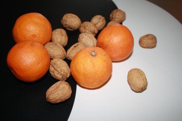 insalata di arance e noci 4o6 arance -1o2 finocchi-gherigli di noce a volontà-olio d'oliva extra vergine-sale e pepe finocchi sottilissimi su un piatto da portata, o quattro piatti individuali.Affettate arance al vivo, Affettate, sopra ai finocchi Spezzettate i gherigli di noci e spargeteli sulle arance. Condite con olio, sale e pepe; servite immediatamente, altrimenti le vitamine delle arance si deteriorano.