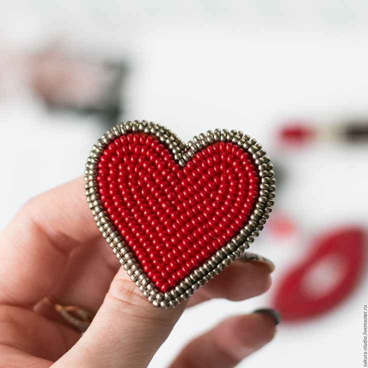 Купить Комплект брошей из бисера. Брошь губы, брошь сердце, брошь памада. - ярко-красный