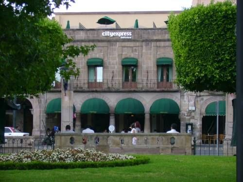 City Express Morelia Morelia Set next to Plaza de Armas, City Express Morelia is a 5-minute walk from Morelia Cathedral.  It offers an on-site gym and rooms with free Wi-Fi.  Rooms at the Morelia City Express include air conditioning and flat-screen TVs equipped with cable.